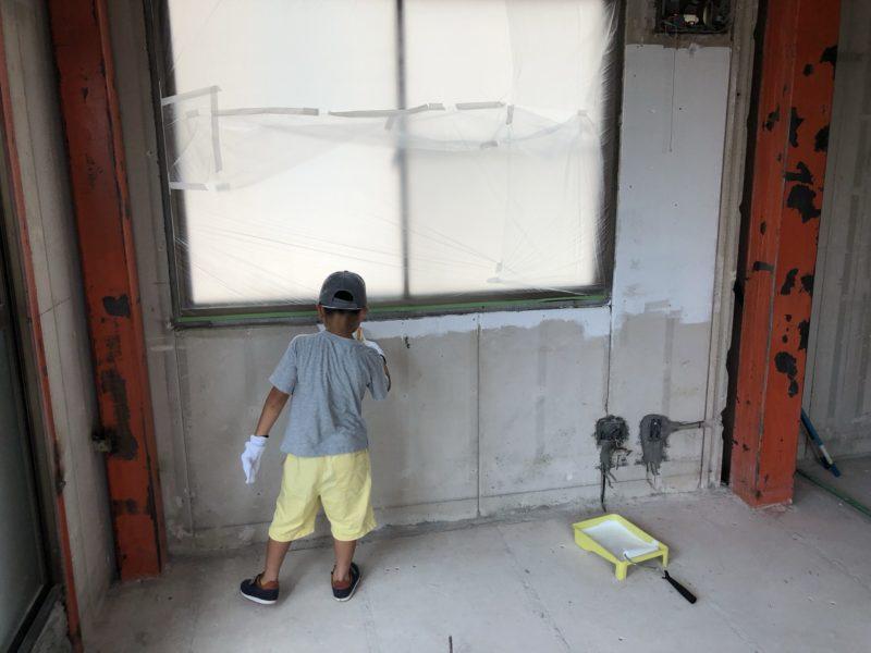 ペンキ塗りをする息子